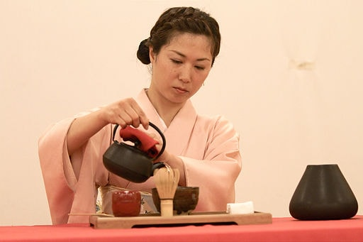 512px-Japanese_tea_ceremony_20100502_Japan_Matsuri_02-min